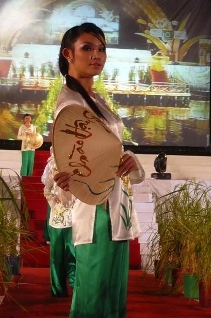 """Người đẹp """"khoe"""" áo bà ba trong Festival Lúa gạo  - 7"""