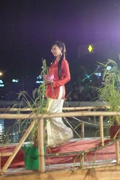 """Người đẹp """"khoe"""" áo bà ba trong Festival Lúa gạo  - 1"""