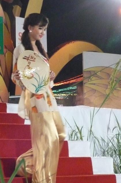 """Người đẹp """"khoe"""" áo bà ba trong Festival Lúa gạo  - 5"""