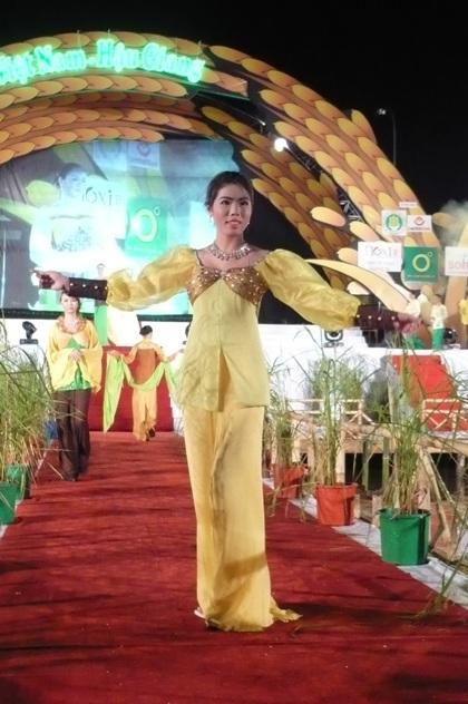 """Người đẹp """"khoe"""" áo bà ba trong Festival Lúa gạo  - 10"""