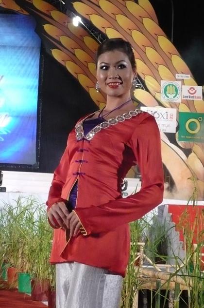 """Người đẹp """"khoe"""" áo bà ba trong Festival Lúa gạo  - 9"""