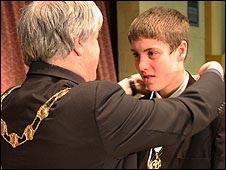 Thưởng huy chương cho học sinh suốt 5 năm không nghỉ học - 1
