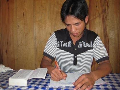 Chàng trai Cơtu ham học tiếng Anh - 1