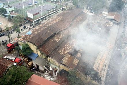 Cháy lớn tại Cầu Giấy, thiêu hàng ngàn mét vuông nhà kho - 10