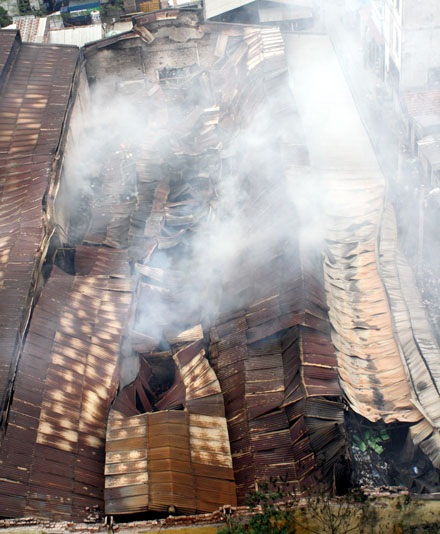 Cháy lớn tại Cầu Giấy, thiêu hàng ngàn mét vuông nhà kho - 9