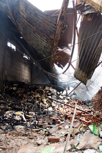 Cháy lớn tại Cầu Giấy, thiêu hàng ngàn mét vuông nhà kho - 2