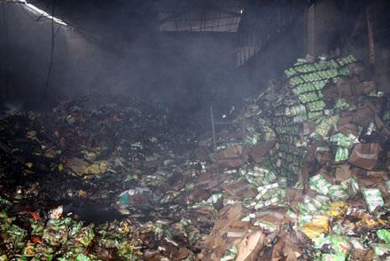 Cháy lớn tại Cầu Giấy, thiêu hàng ngàn mét vuông nhà kho - 3