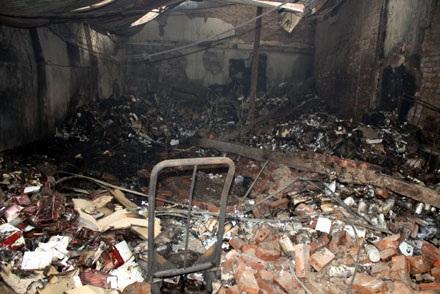 Cháy lớn tại Cầu Giấy, thiêu hàng ngàn mét vuông nhà kho - 5