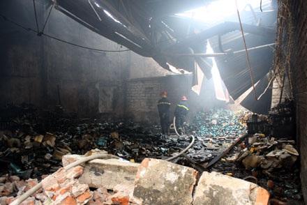 Cháy lớn tại Cầu Giấy, thiêu hàng ngàn mét vuông nhà kho - 1
