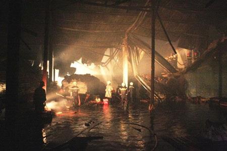 Cháy dữ dội tại công ty bột mì   - 2