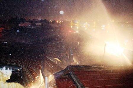 Cháy dữ dội tại công ty bột mì   - 1