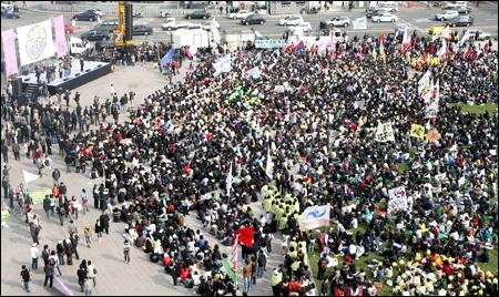 """Hàn Quốc """"ra tay"""" ngăn chặn học phí tăng cao - 1"""