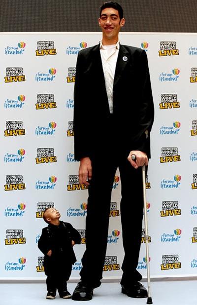 """Chàng cao nhất thế giới gặp anh """"mini"""" - 1"""