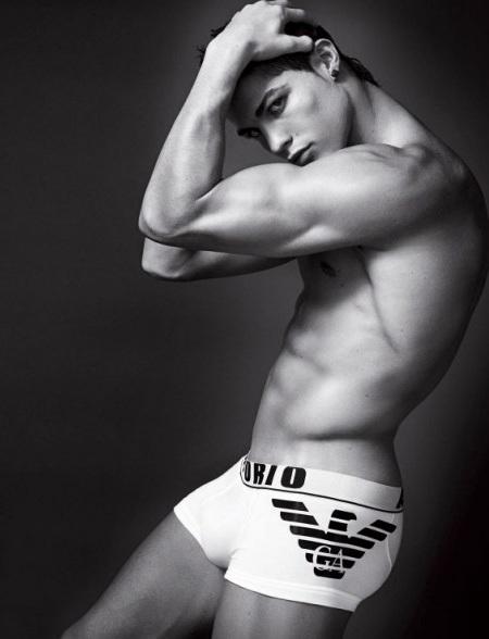 Cristiano Ronaldo khoe cơ bắp trong quảng cáo Armani  - 2