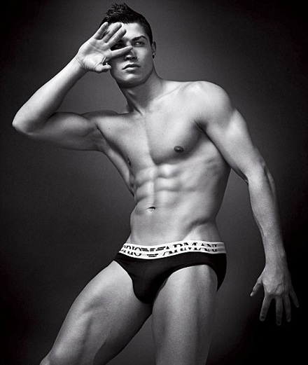Cristiano Ronaldo khoe cơ bắp trong quảng cáo Armani  - 3