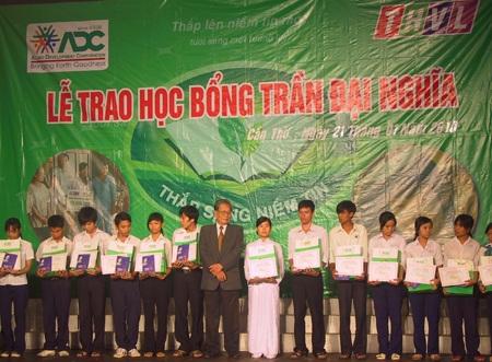 Trao 100 suất học bổng cho học sinh nghèo ở Cần Thơ - 1