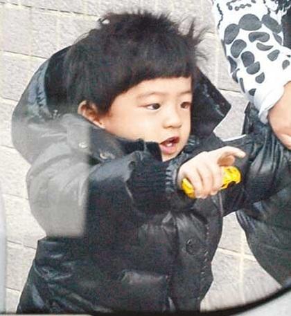 """Trương Bá Chi """"bế bụng"""" đưa con trai đi học - 10"""