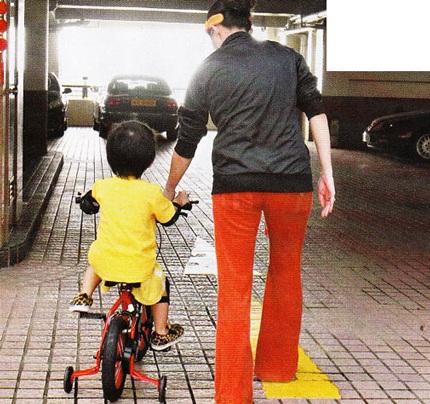 """Trương Bá Chi """"bế bụng"""" đưa con trai đi học - 3"""