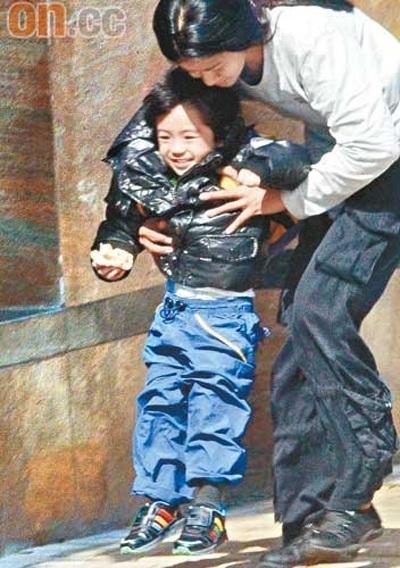 """Trương Bá Chi """"bế bụng"""" đưa con trai đi học - 8"""