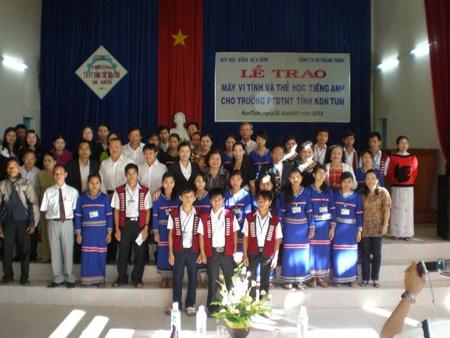 Quỹ Vừ A Dính trao quà Tết cho học sinh dân tộc 4 tỉnh Tây Nguyên  - 1