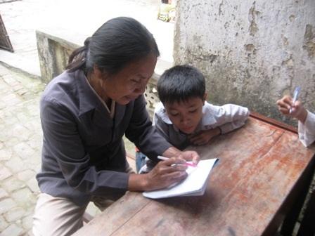 Bà giáo về hưu và lớp học miễn phí trong con ngõ hẹp  - 1