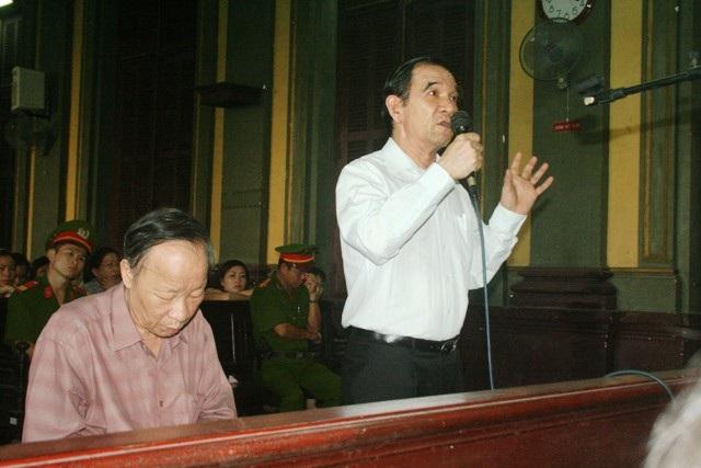 """Phiên tòa xét xử Huỳnh Ngọc Sĩ: Tranh tụng """"nảy lửa"""" - 1"""