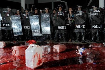 """Cuộc tưới máu của người biểu tình """"áo đỏ"""" Thái Lan - 18"""