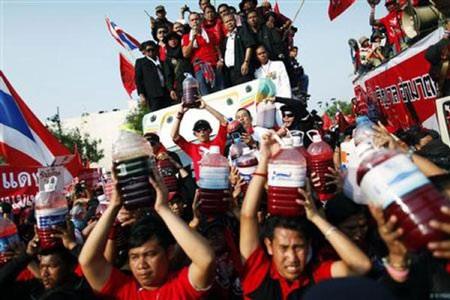 """Cuộc tưới máu của người biểu tình """"áo đỏ"""" Thái Lan - 13"""