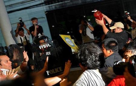 """Cuộc tưới máu của người biểu tình """"áo đỏ"""" Thái Lan - 14"""