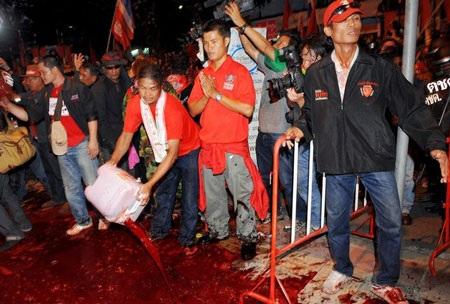 """Cuộc tưới máu của người biểu tình """"áo đỏ"""" Thái Lan - 16"""