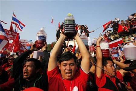 """Cuộc tưới máu của người biểu tình """"áo đỏ"""" Thái Lan - 4"""
