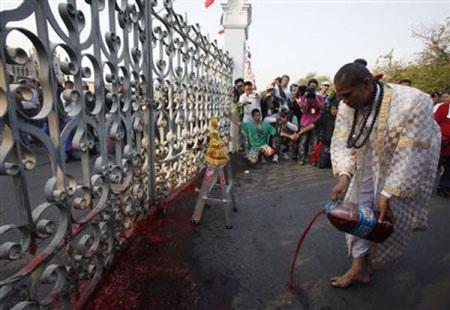 """Cuộc tưới máu của người biểu tình """"áo đỏ"""" Thái Lan - 7"""