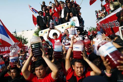 Thủ tướng Thái làm việc bình thường bất chấp biểu tình - 1