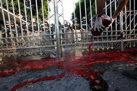 """Cuộc tưới máu của người biểu tình """"áo đỏ"""" Thái Lan - 11"""
