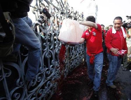 """Cuộc tưới máu của người biểu tình """"áo đỏ"""" Thái Lan - 10"""