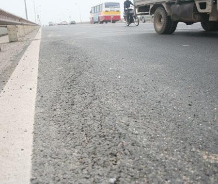 Nứt mặt cầu Thăng Long do thi công - 1