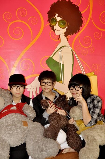 """9X Hà Nội """"mốt"""" đeo kính không… tròng - 1"""