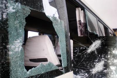 Nhóm côn đồ rượt đuổi, tấn công xe khách giữa ban ngày - 1