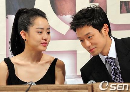 Moon Geun Young đẹp rạng rỡ trong buổi họp báo - 16