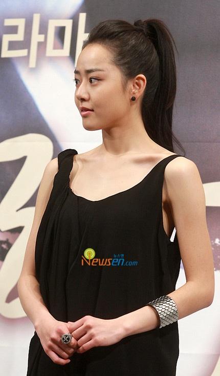 Moon Geun Young đẹp rạng rỡ trong buổi họp báo - 5
