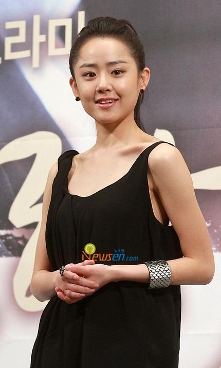 Moon Geun Young đẹp rạng rỡ trong buổi họp báo - 6
