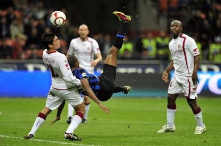"""Inter giữ được ngôi đầu nhờ """"báo đen"""" Eto'o tỏa sáng - 2"""
