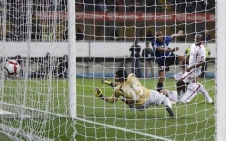 """Inter giữ được ngôi đầu nhờ """"báo đen"""" Eto'o tỏa sáng - 3"""