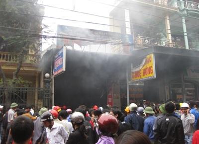 Hàng trăm người dân cứu tài sản cho cửa hàng xe máy bị cháy    - 1