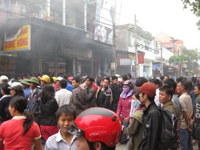 Hàng trăm người dân cứu tài sản cho cửa hàng xe máy bị cháy    - 2