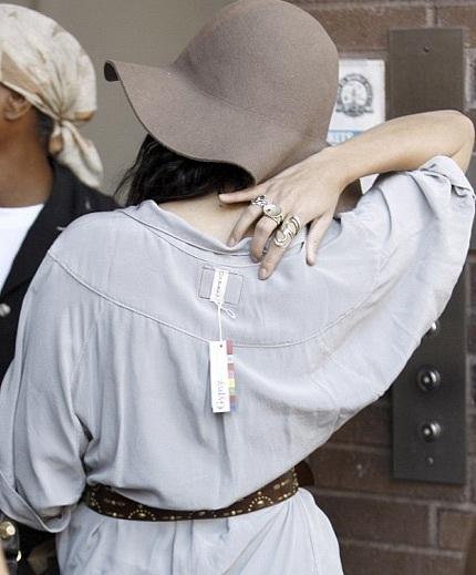 """Sao của """"High School Musical"""" mặc váy quên cắt… mác - 3"""