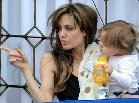 Angelina Jolie âu yếm con ngoài ban công - 10