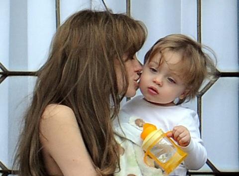Angelina Jolie âu yếm con ngoài ban công - 11
