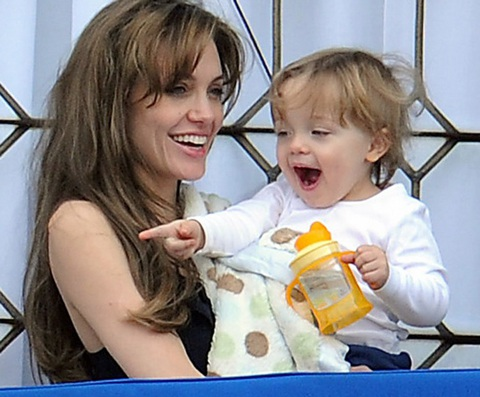 Angelina Jolie âu yếm con ngoài ban công - 12
