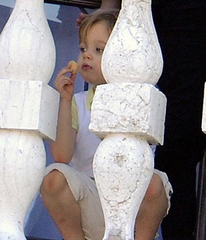 Angelina Jolie âu yếm con ngoài ban công - 3